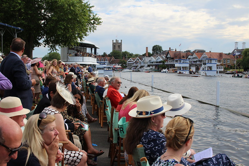 Henley regatta - dressed up crowds facing the river